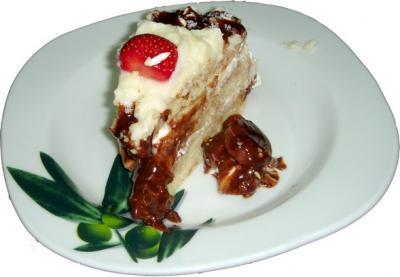 Tarta de nata, chocolate, crema pastelera y fresas